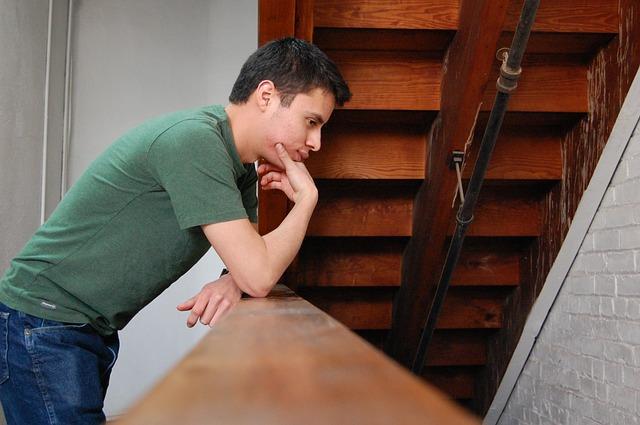 kluk u schodů