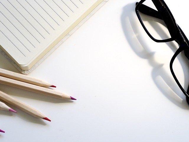 papír, brýle a tužky