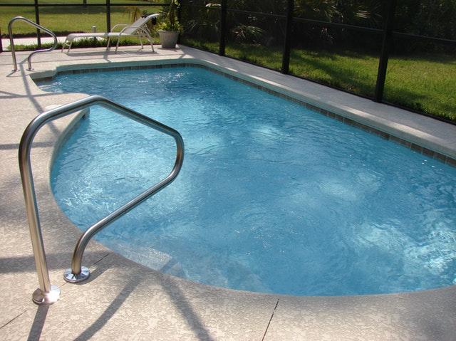 bazén a lehátko